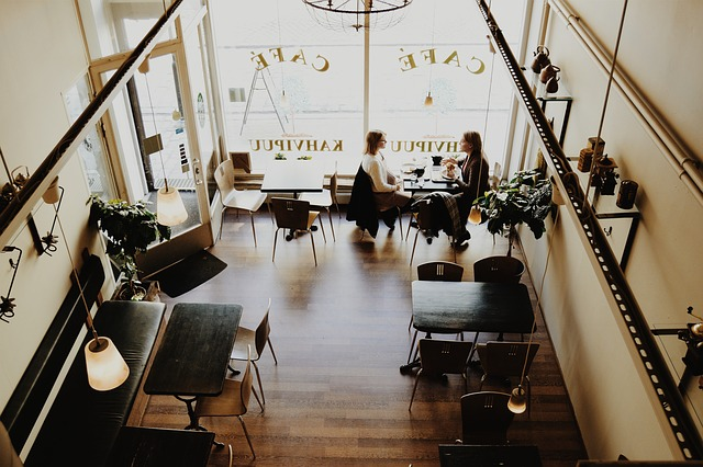 ženy v kaviarni.jpg